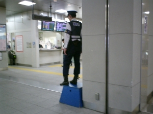 だって、ただの警備員かと思ったもん。いや、実をいうと怪しい人かと思ったもん(笑)