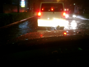 マジでさ、水しぶきが車の高さくらい舞い上がってたんよ