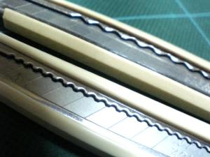 他にも刃を出すための押す部分や、うらの刻みの入り方など、すべてがぬるくぼやけた感じになってます。いやぢゃ~。