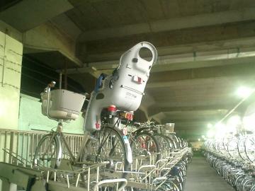 並んでる自転車見れば非常識だと気が付くだろ、普通は