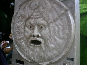本場ローマの真実の口って、マンホールの蓋だったんだってねぇ