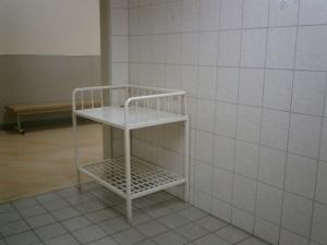女性のトイレには、よくあるんですよ、入り口に荷物や乳飲み子をいったんおいておけるベビーベッドみたいなスペースとかが